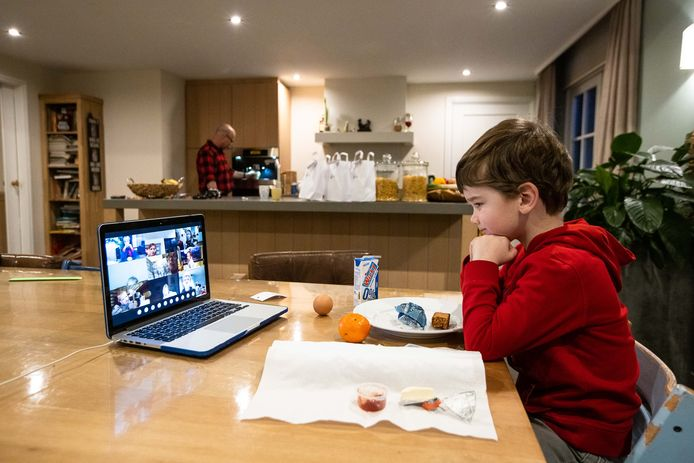 Hessel Brouwers (5) laat zich beneden voorlezen met het ontbijt al achter de kiezen, terwijl vader Wiljon in de keuken de koffie zet.
