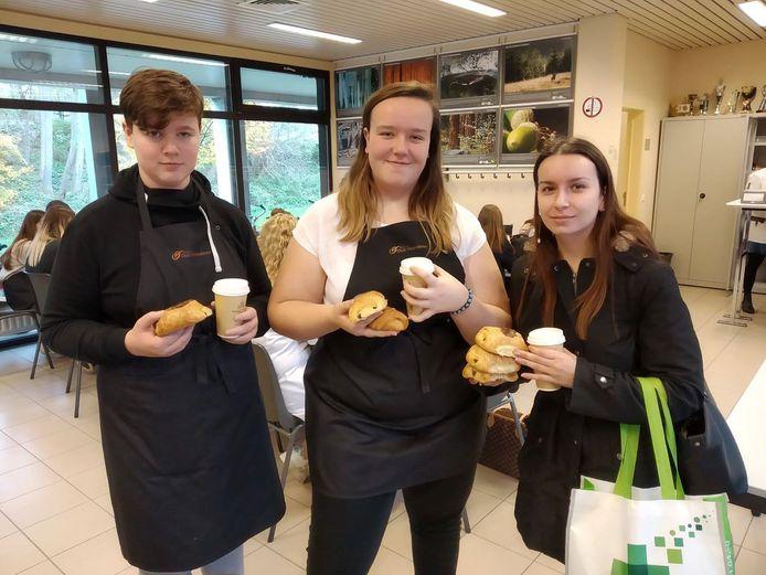 De leerlingen zijn klaar voor een lekker ontbijt.