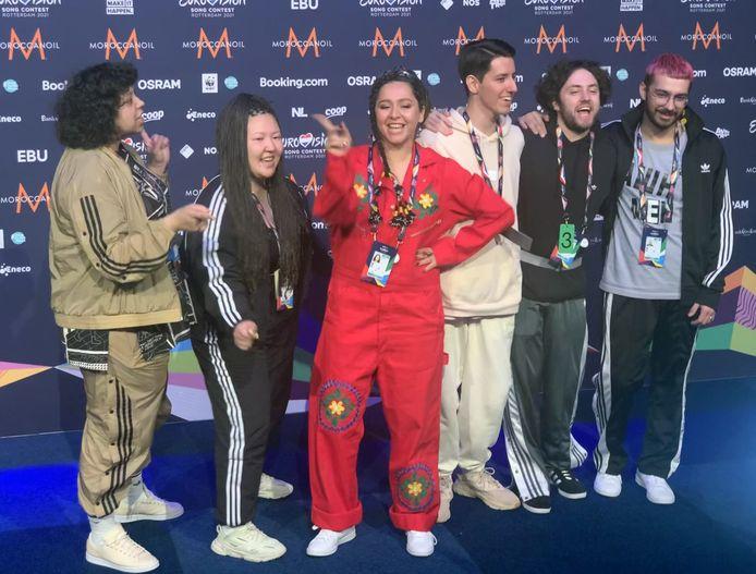 In het rood: Manizha, met Russian Woman, de act voor Rusland op het Songfestival in Ahoy
