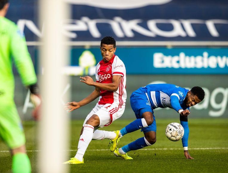 David Neres in duel met Kenneth Paal. Neres scoorde het eerste doelpunt voor Ajax. Beeld Jiri Büller / de Volkskrant