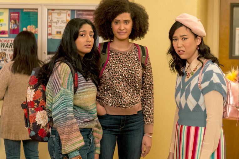 NEVER HAVE I EVER (L to R) MAITREYI RAMAKRISHNAN as DEVI VISHWAKUMAR, LEE RODRIGUEZ as FABIOLA TORRES, and RAMONA YOUNG as ELEANOR WONG in episode 202 of NEVER HAVE I EVER Cr. ISABELLA B. VOSMIKOVA/NETFLIX © 2021 Beeld ISABELLA B. VOSMIKOVA/NETFLIX
