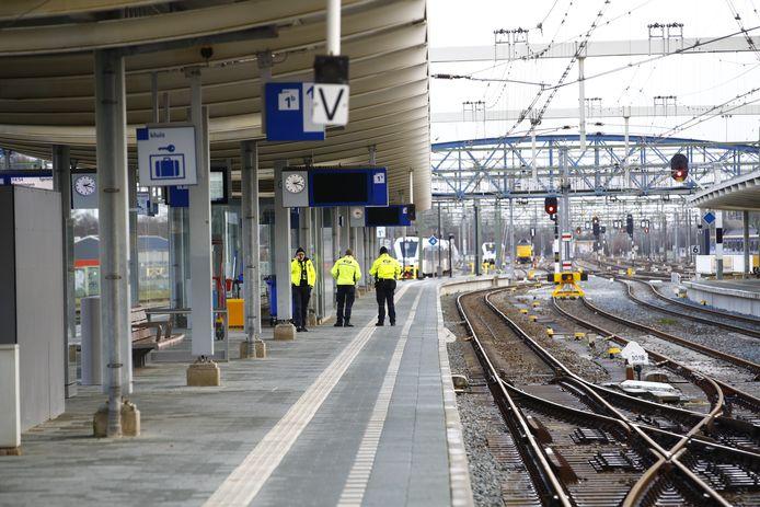 De reizigers zijn van de perrons van station Zwolle gehaald.