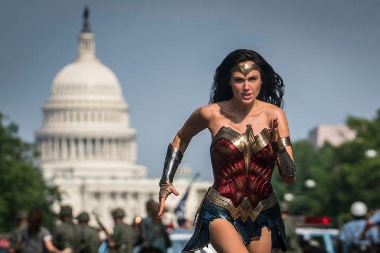 Gal Gadot schittert als Wonder Woman in de film die de laatste blockbuster van 2020 moest worden. In plaats daarvan komt Wonder Woman 1984 uit op thuis-bioscoopplatforms. Onder meer te zien op Pathé Thuis, Amazon Prime Video en Apple TV. Beeld AP