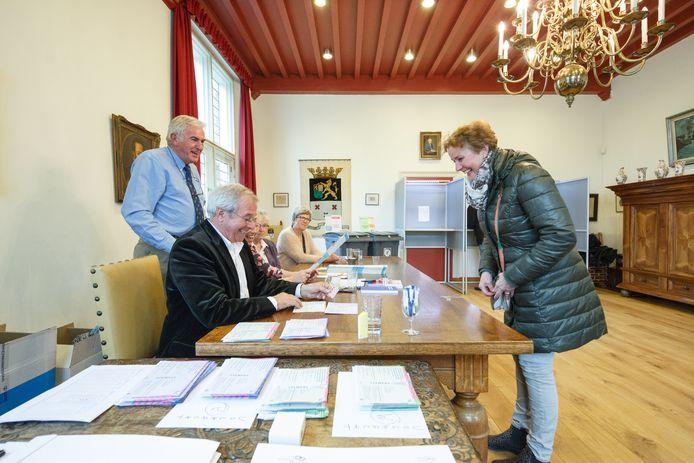 Foto uit 2015 toen mensen in Willemstad in het Mauritshuis konden stemmen.