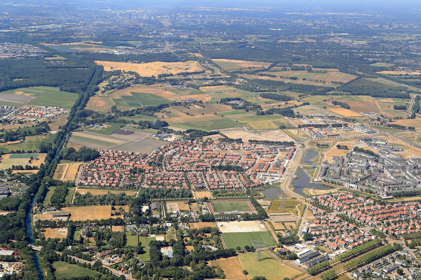 De Helmondse wijk Brandevoort. Het beoogde buizentracé doorsnijdt ter hoogte van de weg over het Eindhovens Kanaal (linksonder) een aantal tuinen.