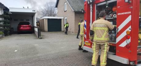 Pallets achter woning in Hengelo vliegen in brand
