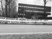 Spandoek voor politiebureau in Tilburg: 'Hier werken de helden die ondanks het virus gewoon staan te flitsen'