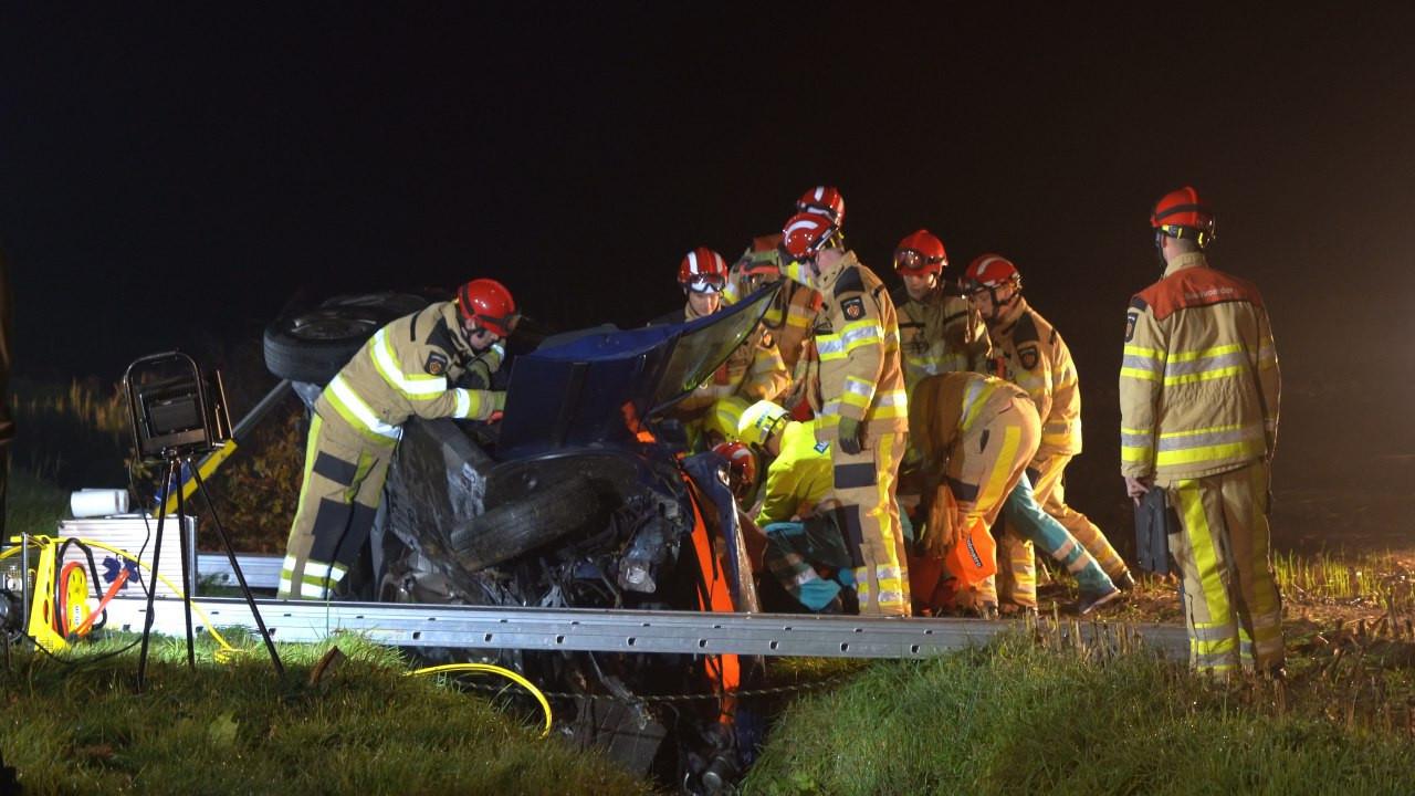 De hulpdiensten bekommeren zich om een slachtoffer bij het ongeluk in Nieuwleusen
