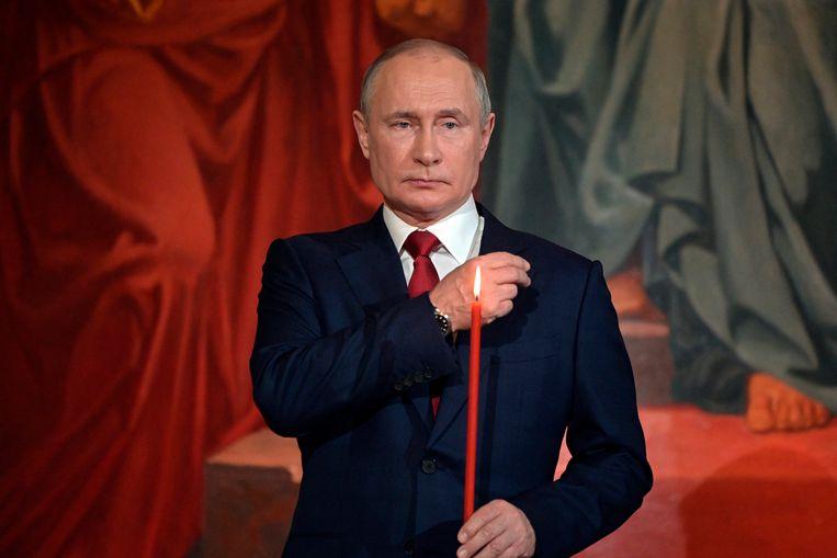 Poetin slaat een kruisje tijdens een Paasdienst van de Russisch-Orthodoxe Kerk in Moskou. Beeld AP