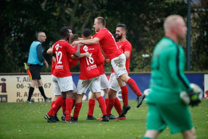 Gaynio Aarts viert het derde doelpunt met zijn ploeggenoten.