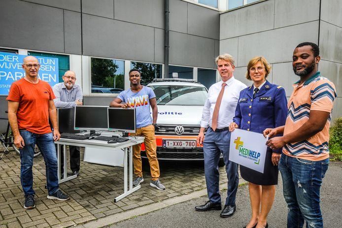De politie het Houtsche bezorgt kantoormateriaal aan de vzw Medihelp West-Flanders/West-Africa.