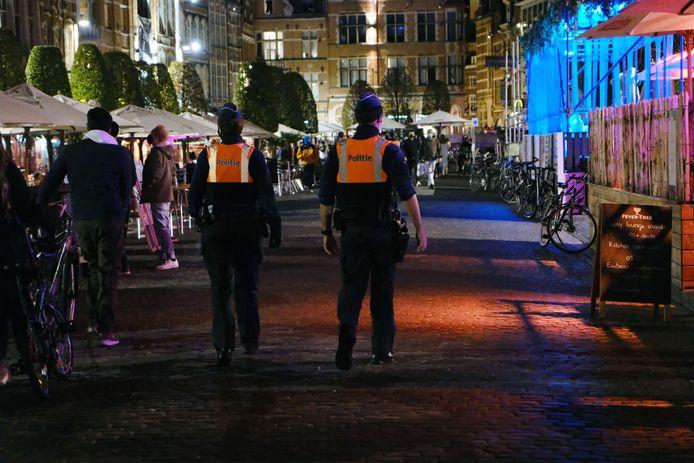 De Leuvense politie op coronapatrouille op de Oude Markt aan de vooravond van de tweede verplichte sluiting van de horeca.