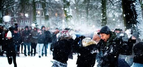 Sneeuwballengevecht ontaardt in echt gevecht; slachtoffer in gezicht geslagen