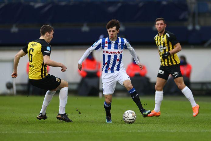 Heerenveen-aanvaller Mitchell van Bergen (midden) in duel met Vitesse-verdediger Jacob Rasmussen.