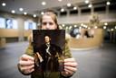 Een medewerker van het Mauritshuis toont het portret van de naamgever op de plek waar de omstreden buste stond.