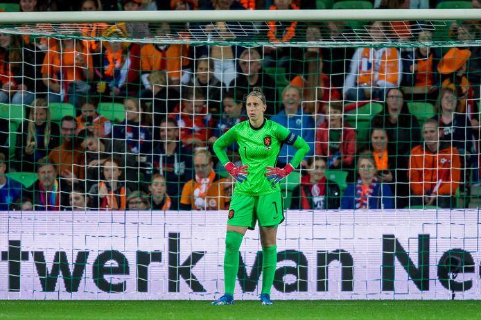 Sari van Veenendaal staat te balen onder de lat.