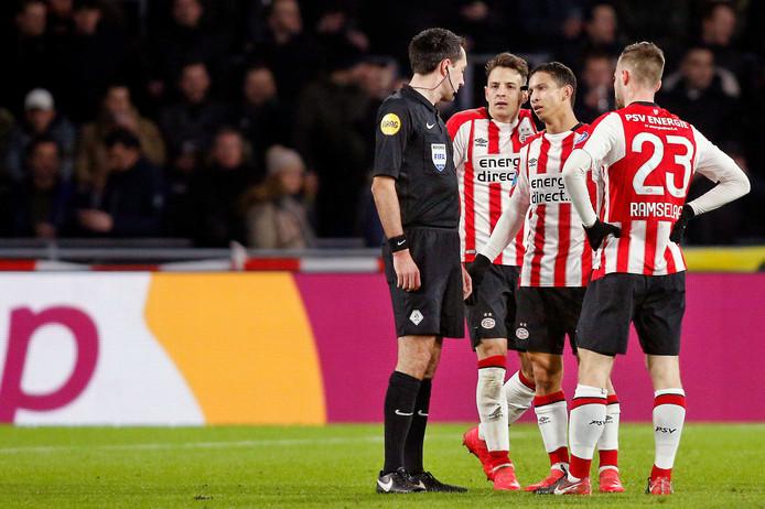 Scheidsrechter Dennis Higler floot matig in het duel tussen PSV en sc Heerenveen, al viel voor het rood voor Hirving Lozano wel iets te zeggen.