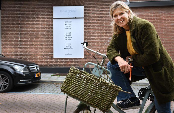 Christina van Exel  wil het dorp opvrolijken met 10 muurgedichten.