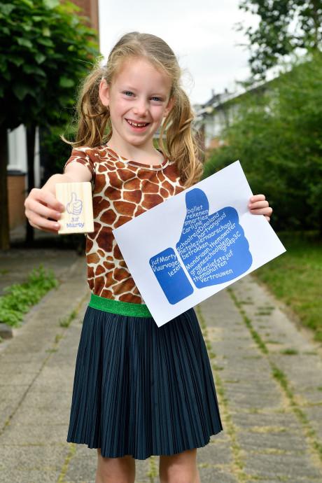 Kinderen geven afscheidscadeautjes aan hun leraren: 'Harstikke bedankt, juf!'