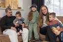 """Het gezin Kooman in hun aangepaste zorgwoning in Genemuiden: vader Jafeth, dochter Sarah (2), Isa (8), moeder Jessica en zoon Rafa'el (6). ,,Het liefst wil je je kinderen allemaal evenveel aandacht geven, dat is pittig"""""""