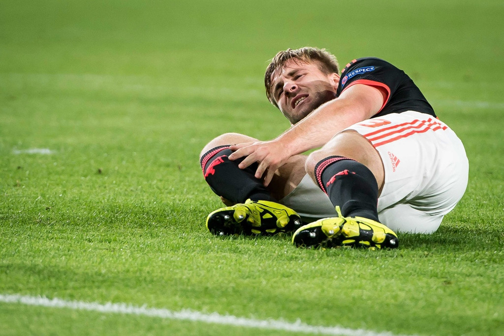 Shaw raakte ernstig geblesseerd na een tackle van PSV-verdediger Héctor Moreno.