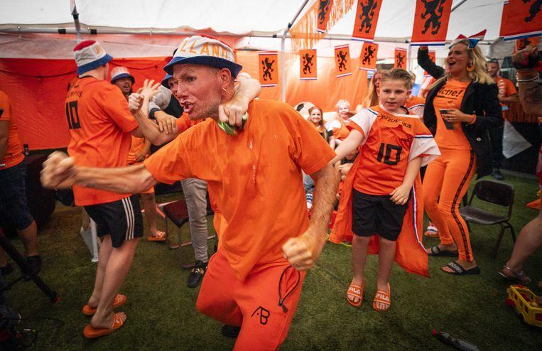 Gezamenlijk kijken (en wel tegelijk juichen) naar de voetbalwedstrijd van het EK Nederland tegen Oekraine. Beeld ANP