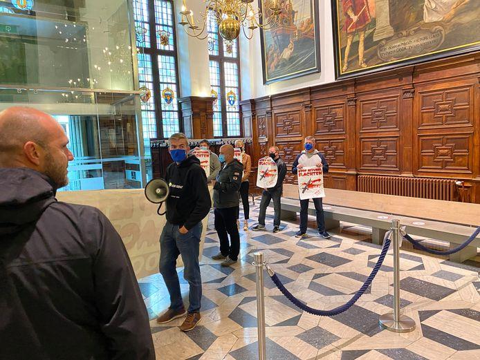 Voorpost drong met veel kabaal het stadhuis binnen, maar werd in de inkomhal tegengehouden door de politie