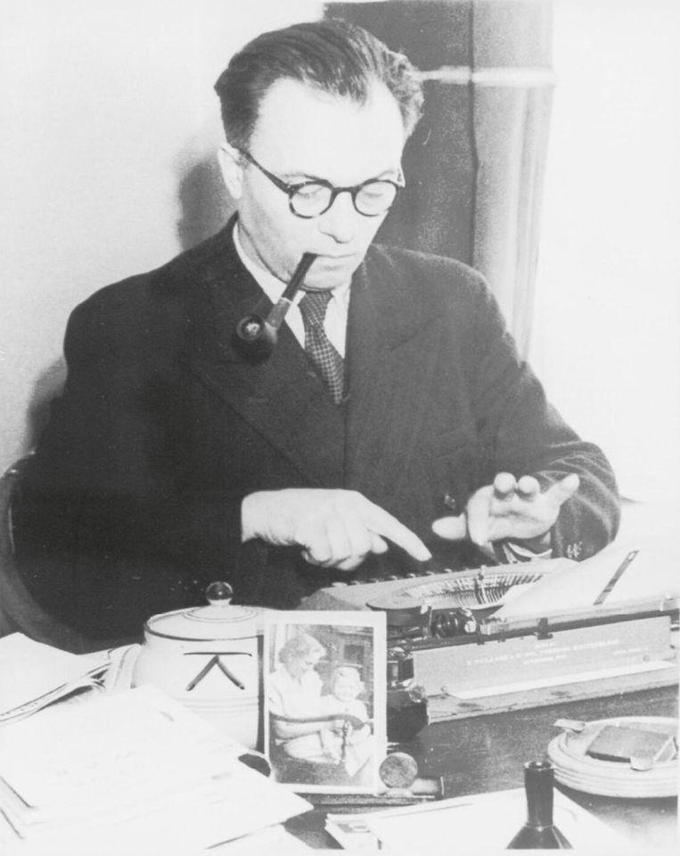 Frans Goedhart achter zijn typemachine Beeld NIOD