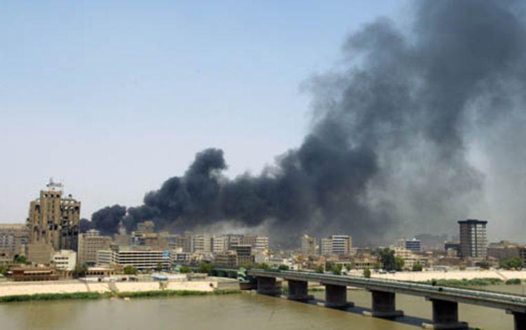 Dikke rookwolken hangen boven de Iraakse hoofstad Bagdad na een aanslag met een autobom. Er vielen zeker zestig doden en meer dan honderd mensen raakten gewond. (AFP) Beeld AFP