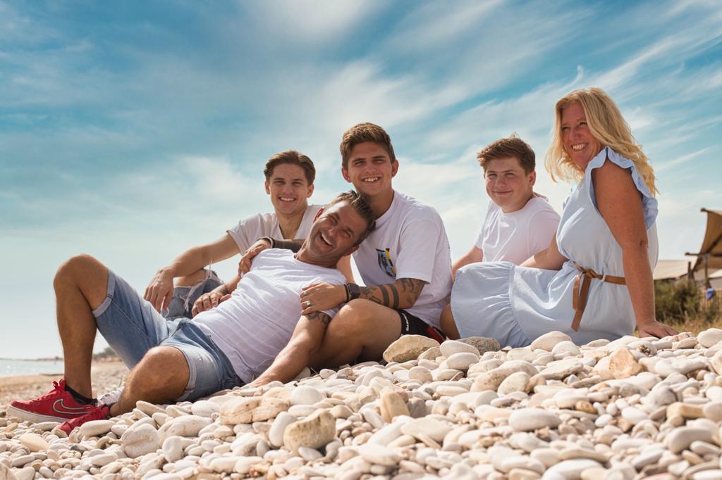 De Boerkampies in Italië. Van links naar rechts: Robbie (19), vader Alwin, Mike (20), Jim (17) en moeder Bionda.