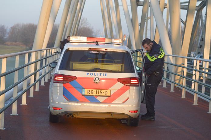 Politie op de Westervoortse brug na het ongeval.