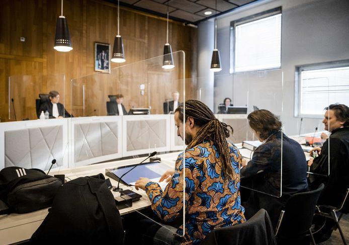 Viruswaarheid-voorman Willem Engel (L) en advocaten Jeroen Pols (M) en Gerben van de Corput (R) namens protestgroep Viruswaarheid voor aanvang van het hoger beroep over de avondklok een week geleden.