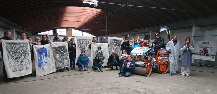 Welzijnszorg start haar nieuwe campagne en drukt de affiches met een pletwals in Gent.