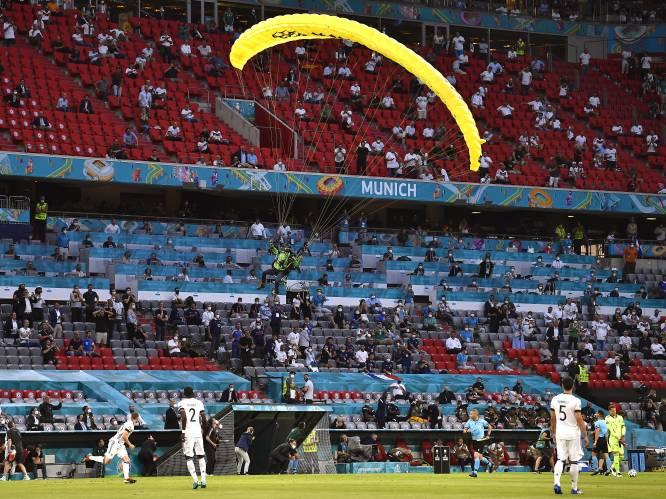 Parachutist crasht nét niet in publiek voor kraker tussen Frankrijk en Duitsland, Greenpeace excuseert zich