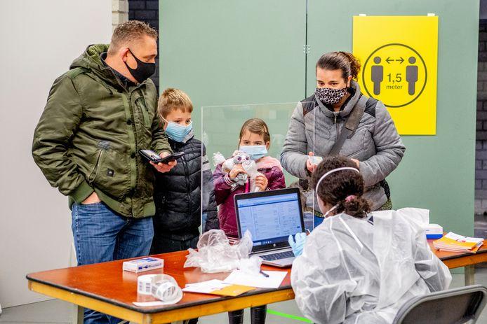 Kinderen worden getest tijdens de grootschalige tests in de gemeente Lansingerland.