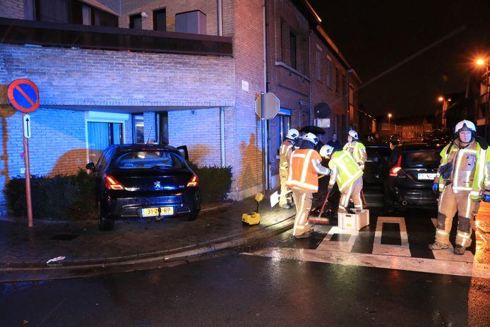 Eén van de wagens kwam tot stilstand tegen de gevel van een appartementsgebouw.