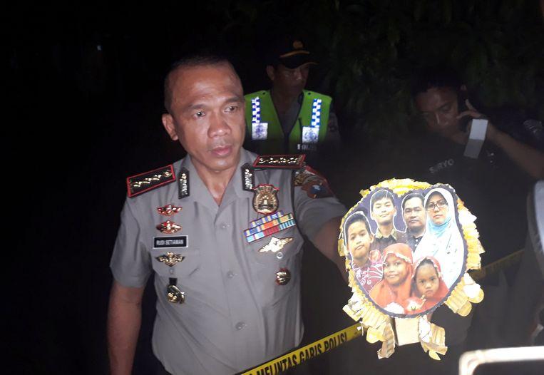 Rudi Setiawan, hoofd van de politie van Surabaya, laat een familiefoto zien van verdachte zelfmoordenaars. Beeld