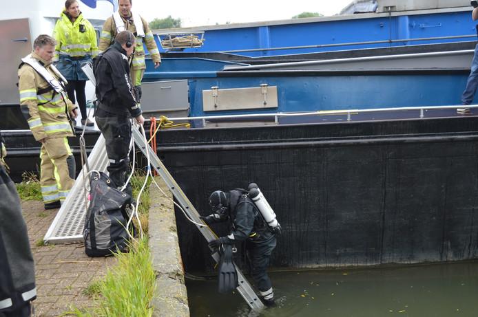 Een duiker van duikploeg Wijk bij Duurstede gaat het water in.