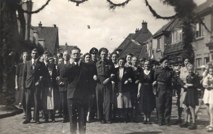 De bevolking van Amersfoort viert de bevrijding in mei 1945. De herdenking daarvan schuift noodgedwongen op.