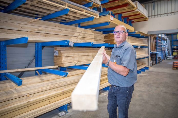 Bedrijfsleider René Ars van bouwmaterialenhandel BPG De Jonge toont een ribbetje van 2.70 meter, een stuk hout dat in de bouw veelvuldig wordt gebruikt. De prijs van zo'n ribbetje is meer dan verdubbeld.