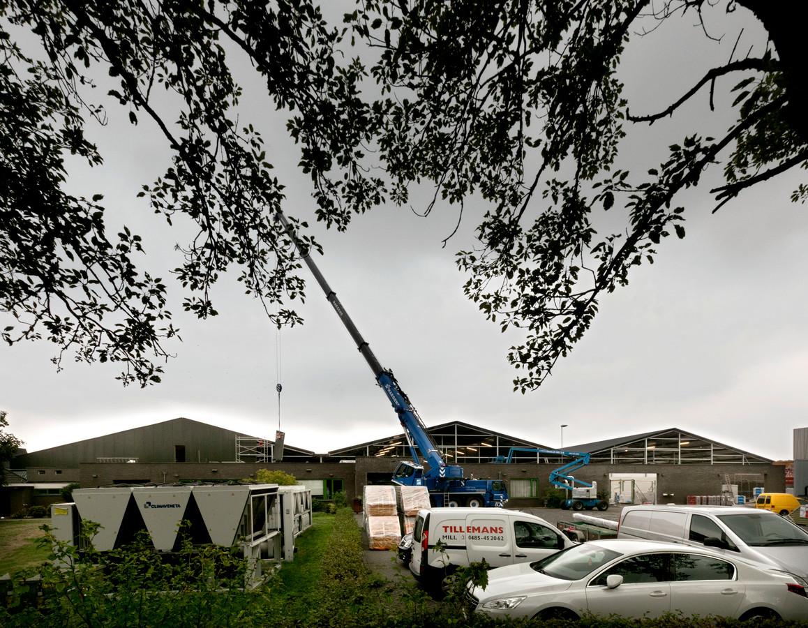 Sinds de grote brand in mei wordt er hard gewerkt aan de herbouw van de champignonkwekerij aan de Beeksedijk in Gemert.