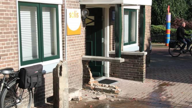 Automobilist vergist zich en botst tegen muur van fysiopraktijk in Laren