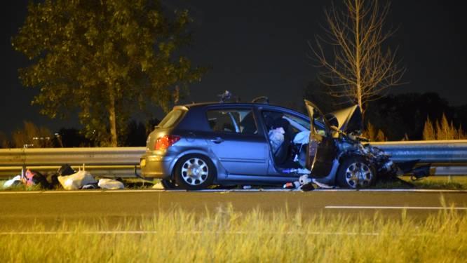 Achtervolging door politie eindigt in crash op A20: auto knalt op vrachtwagen, snelweg dicht