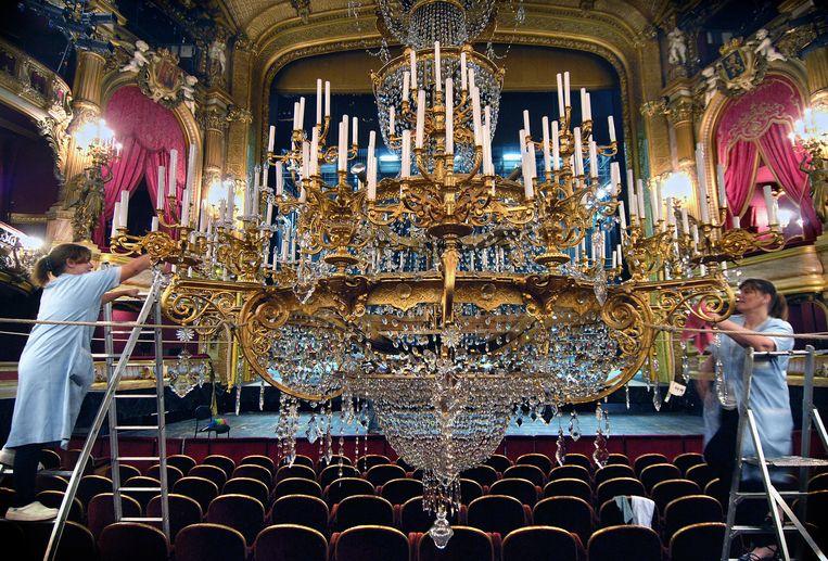 Schoonmaakwerk in de Koninklijke Muntschouwburg van Brussel. Beeld Marcel van den Bergh /de Volkskrant