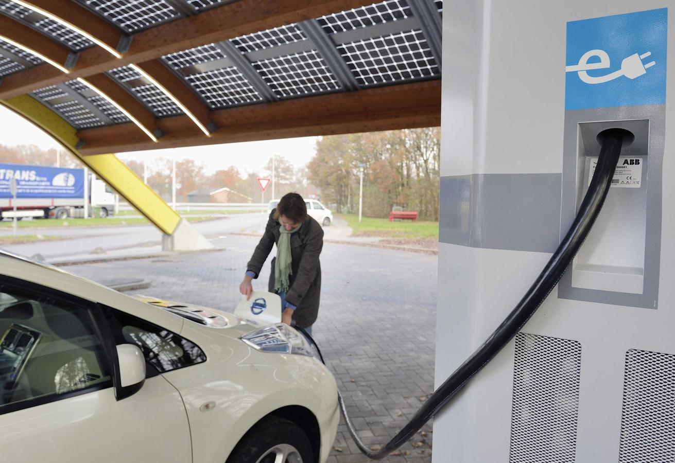 Door het winterse weer presteert de accu van de elektrische auto minder én de kachel is een stroomvreter.