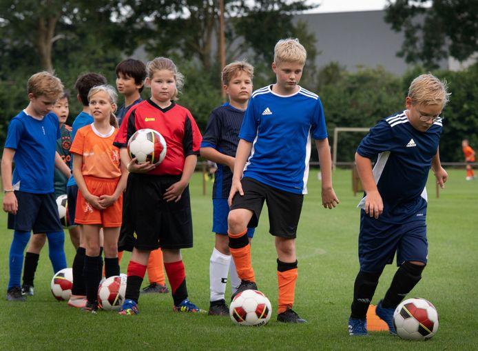 De jeugd is weer aan het trainen, zoals hier de jeugd tot 11 jaar bij  VV Buren.