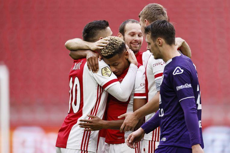 Dusan Tadic, David Neres, Daley Blind, Perr Schuurs vieren de 2-0 van Neres. Beeld ANP