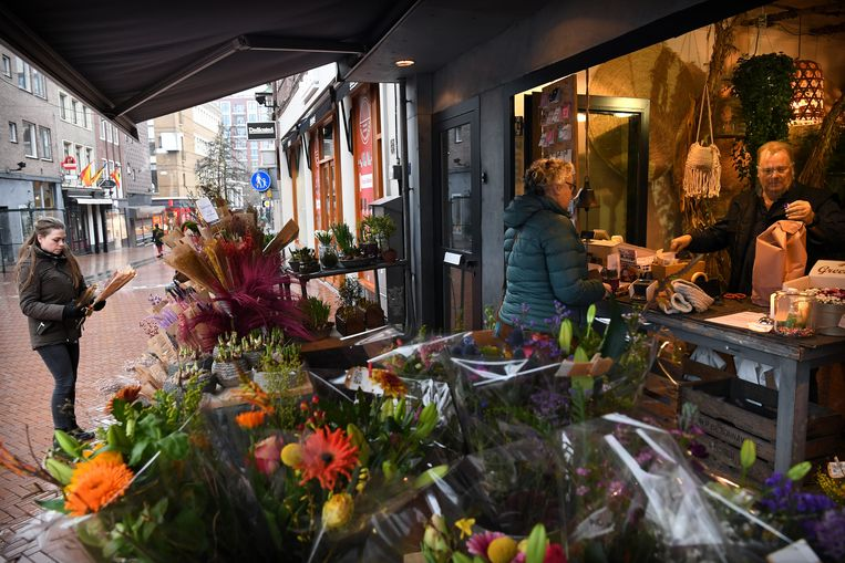 Bloemenwinkels mochten al aan de straat hun waar verkopen. Beeld Marcel van den Bergh / de Volkskrant