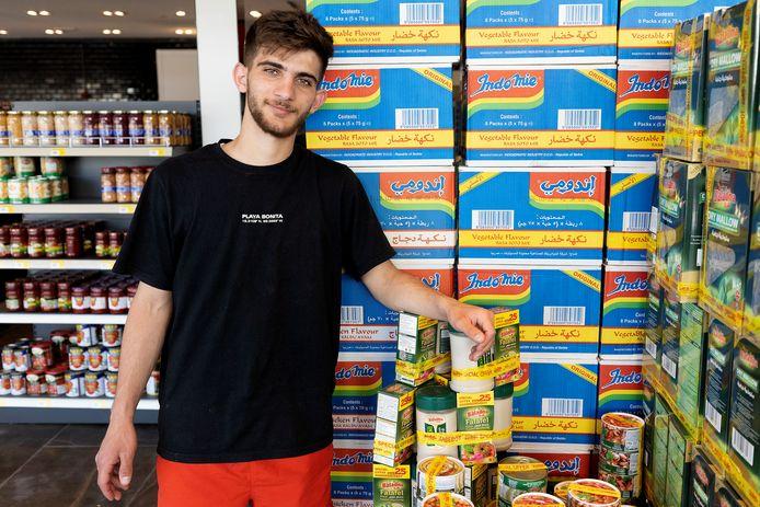 Moustafa Aljazi in de nieuwe internationale supermarkt in Citycentrum