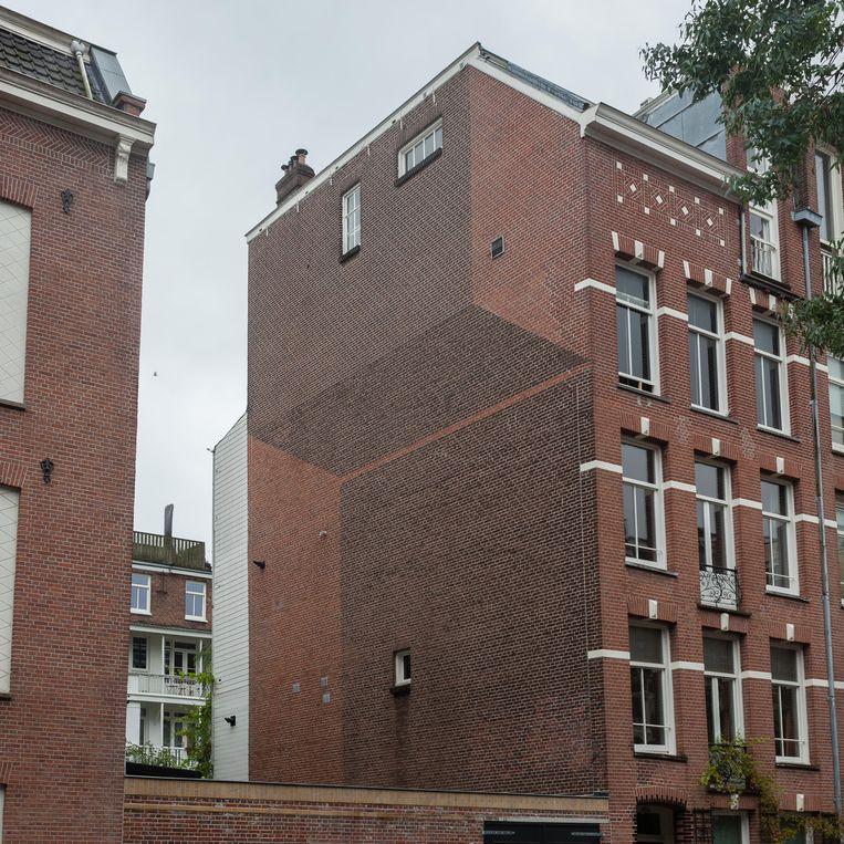 De hoeken zijn niet wat ze lijken aan de Kanaalstraat, dankzij Getekend van Hans van der Pas op het metselwerk van de zijgevel. Beeld Nina Schollaardt